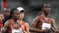File 2 Agustus 2021, Hellen Obiri dari Kenya (tengah), dan Agnes Tirop (kanan), bersaing di final 5.000 meter putri di Olimpiade Musim Panas 2020 di Tokyo. (AP)