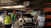 BPRD DKI menempel stiker pada kaca mobil mewah Mini Cooper karena menunggak pajak. Razia pajak ini dilakukan di tempat parkir Citos, Jakarta Selatan. (Dok BPRD DKI)