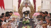Presiden Joko Widodo (tengah) memimpin sidang kabinet paripurna yang dihadiri Wakil Presiden Jusuf Kalla (kanan tengah) dan jajaran menteri Kabinet Kerja di Istana Merdeka, Jakarta, Selasa (29/8). (Liputan6.com/Angga Yuniar)