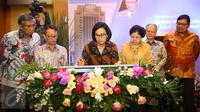 Menkeu Sri Mulyani Indrawati menandatangani prasasti dalam acara penetapan nama Gedung Utama Kantor Pusat Direktorat Jenderal Pajak (DJP) di Jakarta, Kamis (19/1). (Liputan6.com/Immanuel Antonius)