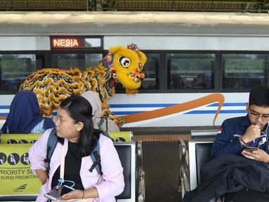 Barongsai beraksi di peron Stasiun Gambir, Jakarta, Sabtu (25/1/2020). PT Kereta Api Indonesia (Persero) Daop 1 Jakarta mengadakan pertunjukkan Barongsai itu dalam rangka memeriahkan perayaan Tahun Baru Imlek 2571/2020. (Liputan6.com/Herman Zakharia)