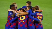 Para pemain Barcelona, merayakan gol yang dicetak oleh Clement Lenglet ke gawang Napoli pada laga Liga Champions di Stadion Camp Nou, Sabtu (8/8/2020). Barcelona menang 3-1 atas Napoli. (AP/Joan Monfort)