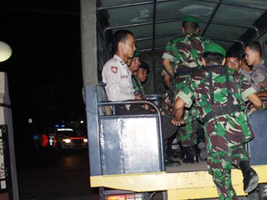 Citizen6, Kendal: Tim yang terdiri dari satu peleton gabungan TNI/Polri berangkat dari Mapolres Kendal dengan menumpang truk Dalmas, menuju sejumlah Rumah Pelayanan Masyarakat (RPM) guna memantau laporan situasi keamanan dari masyarakat. (Pengirim: Aryo W