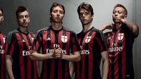 Logo AC Milan di bagian dada tetap memakai Salib St. George.