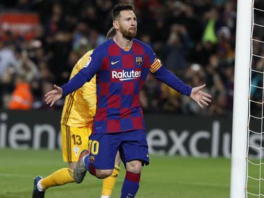 Penyerang Barcelona, Lionel Messi berselebrasi usai mencetak gol ke gawang Celta Vigo pada pertandingan lanjutan La Liga Spanyol di stadion Camp Nou (9/11/2019). Messi mencetak hattrick dipertandingan ini dan mengantar Barcelona menang telak 4-1 atas Vigo. (AP Photo/Joan Monfort)