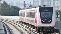 Light Rail Transit (LRT) atau kereta listrik ringan saat uji coba di sepanjang jalur Kelapa Gading-Velodrome, Jakarta, Senin (20/8). Untuk spesifikasi, tiap gerbong LRT mampu menampung hingga 270 penumpang. (Merdeka.com/Iqbal S. Nugroho)