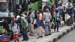 Penumpang bus antarkota antarprovinsi (AKAP) saat tiba di Terminal Kampung Rambutan, Jakarta, Minggu (3/1/2021). Berdasarkan data Dishub Terminal Kampung Rambutan per tanggal 2 Januari 2021 jumlah penumpang bus yang tiba di Jakarta sebanyak 34.220 penumpang. (merdeka.com/Iqbal S. Nugroho)