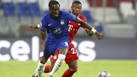 Penyerang Chelsea, Tammy Abraham membawa bola dari kawalan bek Bayern Munchen, David Alaba pada leg kedua babak 16 besar Liga Champions di Allianz Arena, Jerman (8/8/2020). Munchen menang 4-1 atas Chelsea dan melaju ke perempat final dengan aggregat skor 7-1. (AP Photo/Matthias Schrader)