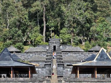 Aktivitas pengunjung dan kegiatan ibadah umat Hindu di Candi Cetho, Karanganyar, Jawa Tengah, Sabtu (25/8). Kemendikbud memugar pendopo di kompleks Candi Cetho untuk menghindari kerapuhan. (Merdeka.com/Iqbal Nugroho)