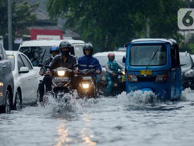 Kendaraan bermotor menerjang genangan air di Jalan Sukarjo Wiryopranoto, Jakarta, Jumat (24/1/2020). Hujan deras yang mengguyur Jakarta sejak pagi tadi mengakibatkan Jalan Sukarjo Wiryopranoto tergenang air sekitar 30 cm. (merdeka.com/Imam Buhori)