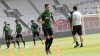 Pemain Timnas Indonesia, Dendi Santoso, saat latihan jelang laga Kualifikasi Piala Dunia 2022 di SUGBK, Jakarta, Rabu (2/10). Indonesia akan berhadapan dengan Uni Emirat Arab. (Bola.com/M Iqbal Ichsan)