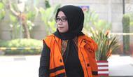 Anggota DPR Komisi VII Eni Maulani Saragih  tiba untuk menjalani pemeriksaan oleh penyidik di gedung KPK, Jakarta, Rabu (15/8). Eni Saragih diperiksa sebagai saksi untuk tersangka Johannes Budisutrisno Kotjo. (Merdeka.com/Dwi Narwoko)