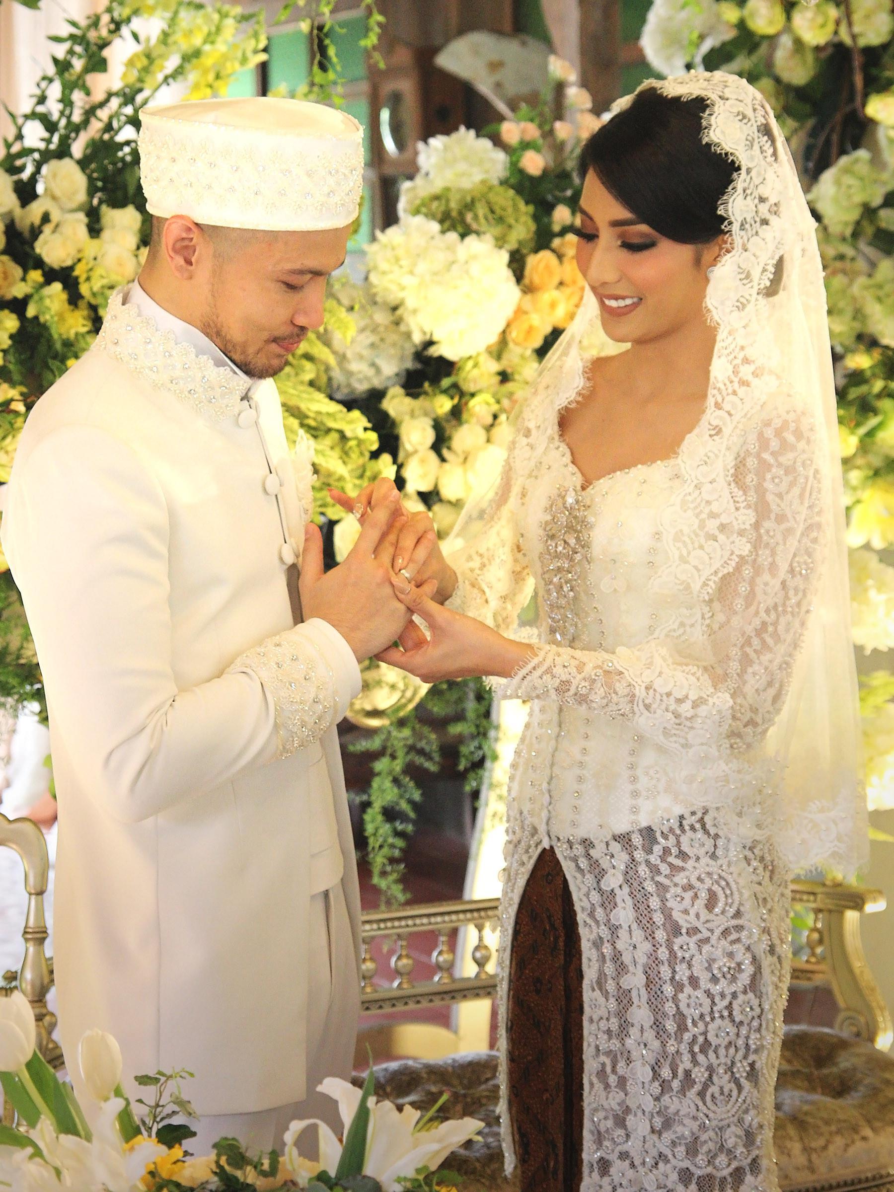 Tyas Mirasih resmi menjadi istri dari musisi Raiden Soedjono pada Sabtu (8/7/2017) siang. Setelah selesai akad nikah, pasangan ini akan menggelar resepsi pernikahan di tempat yang sama pada malam harinya. (Bambang E. Ros/Bintang.com)