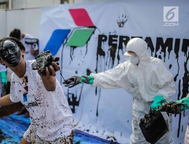 Aksi Teatrikal Terkait Pencemaran Minyak di Karawang