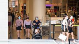 Sejumlah pelanggan yang mengenakan masker berbelanja di CF Toronto Eaton Center di Toronto, Kanada, pada 7 Juli 2020. Penggunaan pelindung wajah di dalam ruangan dan tempat yang dapat diakses publik menjadi suatu kewajiban di Kota Toronto pada Selasa (7/7). (Xinhua/Zou Zheng)
