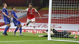 Striker Arsenal, Pierre-Emerick Aubameyang, melakukan selebrasi usai mencetak gol ke gawang Leicester City pada laga Premier League di Stadion Emirates, Selasa (7/7/2020). Kedua tim bermain imbang 1-1. (AP Photo/Shaun Botterill,Pool)