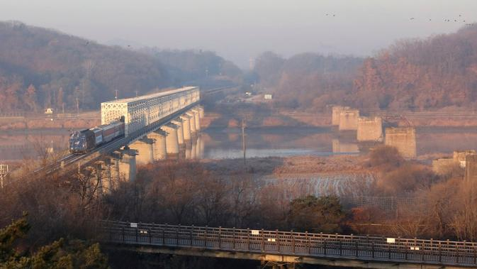 Rangkaian kereta melintas untuk pertama kalinya dari Korea Selatan ke Utara dalam satu dekade terakhir (AP/Ahn Young-Joon)