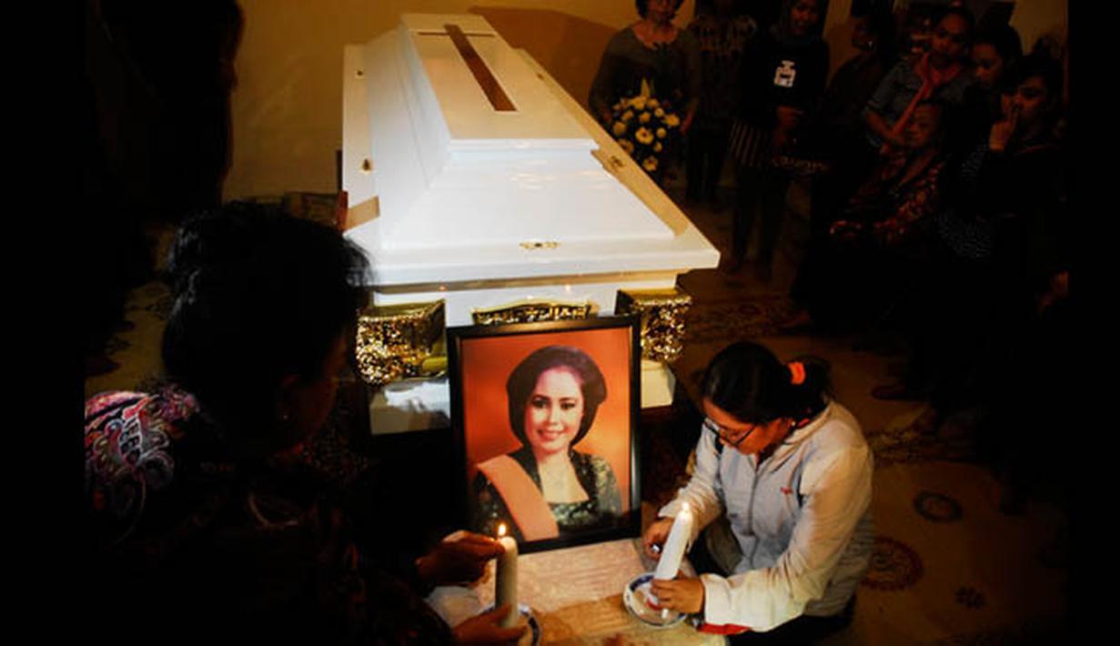 """Kerabat menyalakan lilin di depan peti jenazah Djudjuk Juwariah di rumah duka Gremet, Solo, Jateng, Jumat (6/2). Djudjuk """"Srimulat"""" wafat pada Jumat pukul 15.10 WIB di Rumah Sakit Dr. Sardjito Yogyakarta karena sakit. (ANTARA FOTO/Andika Betha)"""