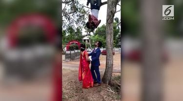 Fotografer ini bergelantungan di pohon saat mengabadikan momen pasangan yang baru menikah.