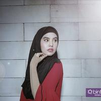 Kartika Putri tengah menikmati proses berhijrah. (Foto: Deki Prayoga, Busana:  @bibiancaliza, Hijab by @hijabtoday, Stylist: Indah, DI: Muhammad Iqbal Nurfajri/Bintang.com)