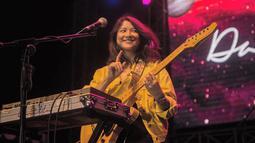 Wanita kelahiran 1990 ini sudah tampil di berbagai kota di Indonesia. Masih menggunakan baju berwarna hitam, dengan jaket denim berwarna kuning, senyumnya yang khas tak pernah pudar. Gitar dan keyboard selalu menemaninya saat di panggung. (Liputan6.com/IG/@danillariyadi)
