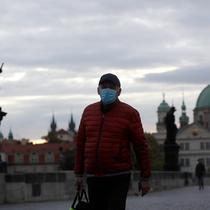 Seorang pria melintasi Jembatan Charles yang dibangun pada abad pertengahan di Praha, Republik Ceko, Kamis (8/10/2020). Republik Ceko pada Rabu (7/10) melaporkan sebanyak 5.335 kasus virus corona baru yang dikonfirmasi di negara itu, melampaui rekor hari sebelumnya. (AP Photo/Petr David Josek)