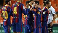 Para pemain Barcelona merayakan kemenangan atas Valencia dalam laga jornada 34 La Liga, Senin (3/5/2021) dini hari WIB. (JOSE JORDAN / AFP)