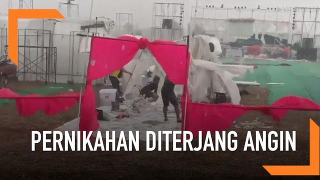 Sebuah pernikahan di Thailand terpaksa ditunda karena diterjang angin kencang disertai hujan. Padahal segala persiapan pernikahan seperti tenda dan panggung telah siap dipasang.