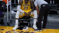 Forward Los Angeles Lakers, LeBron James, setelah timnya tersingkir dari babak play-off NBA melawan Phoenix Suns di Staples Center, Jumat (4/6/2021). (AP/Ashley Landis).
