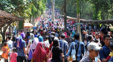 Lebaran memasuki hari kedua, sejumlah masyarakat memadati tempat wisata Kebun Binatang Ragunan, Jakarta Selatan, Sabtu (18/7/2015). Diperkirakan libur Lebaran hari kedua ini, jumlah pengunjung mencapai sekitar 121 ribu orang. (Liputan6.com/Yoppy Renato)