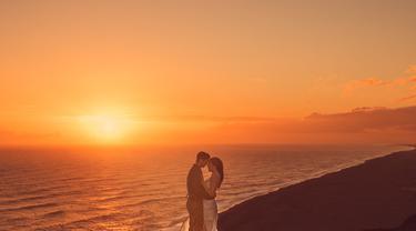 Setelah berjalan cukup panjang, pasangan ini berhenti pada sebuah gereja kuno yang bertahan dari erupsi gunung berapi beberapa waktu yang lalu. Disini, mereka pun akhirnya mengucap janji sehidup semati.