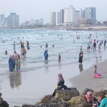 Muslim Palestina bermain dan berenang saat menghabiskan hari libur Lebaran di pantai Tel Aviv, Israel, 6 Juni 2019. Selama Idul Fitri, warga Palestina mengunjungi pantai di kawasan Tel Aviv untuk menandai berakhirnya ibadah puasa Ramadan. (AP Photo/Oded B