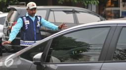 Petugas parkir memakirkan mobil di Jalan Sabang, Jakarta, Senin (21/9/2015). Sesuai janji Unit Pengelola Perparkiran Dishub mereka akan diberi gaji mencapai dua kali upah minimum provinsi (UMP). (Liputan6.com/Gempur M Surya)