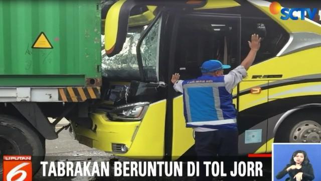 Penumpang bus yang rata-rata merupakan pelajar dan guru langsung di evakuasi petugas ke pinggir jalan tol.