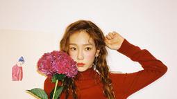 Taeyeon sukses bikin para fans makin jatuh hati dengan rambut kepang dua andalannya. Tak hanya peachy makeup yang membuat Taeyeon terlihat lebih muda, ternyata ada juga freckles makeup. Menolak tua pesona Taeyeon makin menjadi-jadi. (Liputan6.com/IG/@taeyeon_ss)