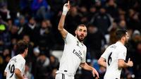 Karim Benzema turut menyumbangkan satu gol saat Real Madrid menang 3-0 atas Deportivo Alaves, pada laga pekan ke-22 La Liga Spanyol, di Santiago Bernabeu, Minggu (3/2/2019). (AFP/GABRIEL BOUYS)