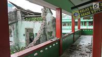 Kondisi bangunan SMPN 32 Pekojan Jakarta Barat yang roboh pada Kamis (21/12). Diduga bangunan ini roboh karena usia yang sudah terlalu tua. (Liputan6.com/Herman Zakharia)