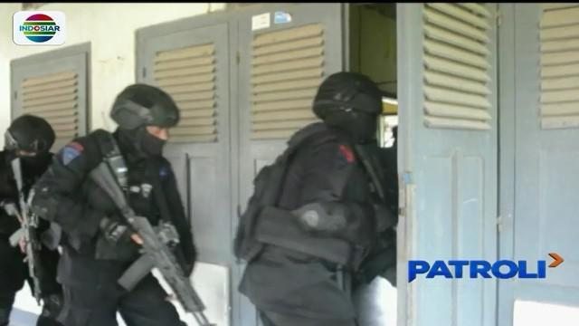 Satbrimob Polda Jawa Timur menggelar simulasi melumpuhkan teroris untuk mengantisipasi serangan teror.