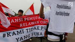 Aliansi Mahasiswa dan Pemuda Relawan Cinta NKRI melakukan demo di depan Istana Negara, Jakarta, Rabu (7/11). Massa mengajak masyarakat Indonesia agar tidak memilih pemimpin yang suka menghina.(Liputan6.com/JohanTallo)