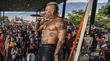 Musisi JKE dari grup rap Crew Peligrosos tampil selama protes melawan pemerintah Presiden Kolombia Ivan Duque, di Medellin, Kolombia (26/5/2021).  Secara resmi, 43 orang tewas dalam bentrokan sejak protes dimulai, awalnya menentang usulan pajak reformasi yang telah ditarik. (AFP/Joaquin Sarmiento)