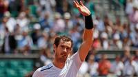 Petenis asal Inggris, Andy Murray menyapa pengemarnya usai pertandingan melawan petenis Rusia, Karen Khachanov pada turnamen Prancis Terbuka di Roland Garros, Paris, Prancis (5/6). Murray meraih kemenangan 6-3, 6-4, 6-4. (AP Photo/Petr David Josek)