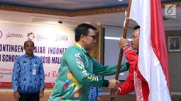 Menpora, Imam Nahrawi (tengah) memberi bendera Merah Putih pada CdM Asian School Games 2018, Bambang Siswanto usai pelepasan di Jakarta, Selasa (17/7). 158 atlet pelajar Indonesia akan bertanding di delapan cabang orang. (Liputan6.com/Helmi Fithriansyah)