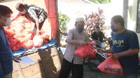Sejumlah petugas saat menyalurkan paket sembako di Kabupaten Mamuju, Sulawesi Barat (Liputan6.com/Abdul Rajab Umar)