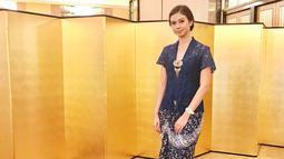 Yuki tampil anggun mengenakan kebaya lengan pendek berwarna biru dengan kombinasi rok batik warna senada. (Liputan6.com/IG/@yukikt)