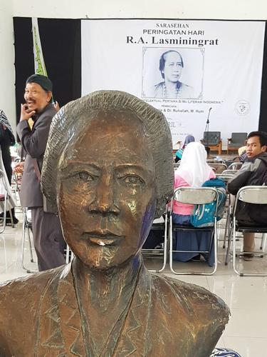 Sebuah patung reflika R.A Lasminingat kembali dipajang untuk menguatkan rencana Pemda Garut, Jawa Barat dalam proses pengusungan R.A Lasminingrat sebagai pahlawan nasional.