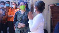 Ketua DPR Puan Maharani menyalurkan bantuan kepada warga terdampak Covid-19 di Bali. (Istimewa)