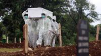 Petugas membawa jenazah yang akan dimakamkan dengan protokol COVID-19 di area khusus TPU Srengseng Sawah, Jakarta, Selasa (19/1/2021). Hingga Selasa (19/1) siang, TPU Srengseng Sawah telah memakamkan 388 jenazah dengan protokol COVID-19 atau setengah kapasitas. (Liputan6.com/Helmi Fithriansyah)