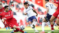 Striker Aston Villa Ollie Watkins merobek gawang Liverpool pada laga Liga Inggris di Anfield, Sabtu (10/4/2021). (AFP/Martin Rickett)