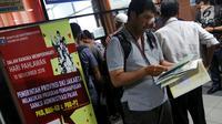 Pemilik kendaraan seusai membayar pajak saat Program Pemutihan Pajak Kendaraan Bermotor di Samsat Polda Metro Jaya, Jumat (16/11). Kebijakan pemutihan pajak kendaraan bermotor di Jakarta berlaku 15 November - 15 Desember 2018. (Liputan6.com/Johan Tallo)