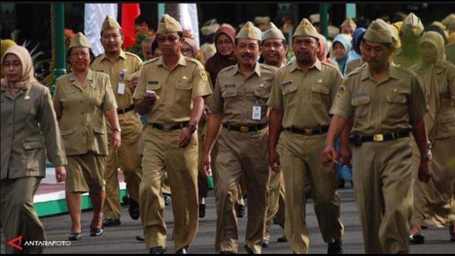 Menteri Pendayagunaan Aparatur Negara dan Reformasi Birokrasi (MenPAN-RB) Yuddy Chrisnandi mengizinkan para pegawai negeri sipil (PNS) menerima bingkisan terkait Lebaran. Tapi dengan syarat tertentu.
